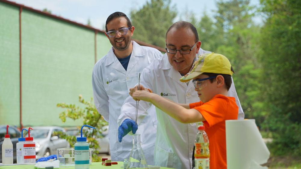 Un día compartiendo nuestra pasión por la química con los alumnos de 3º y 4º de primaria del colegio de Touro